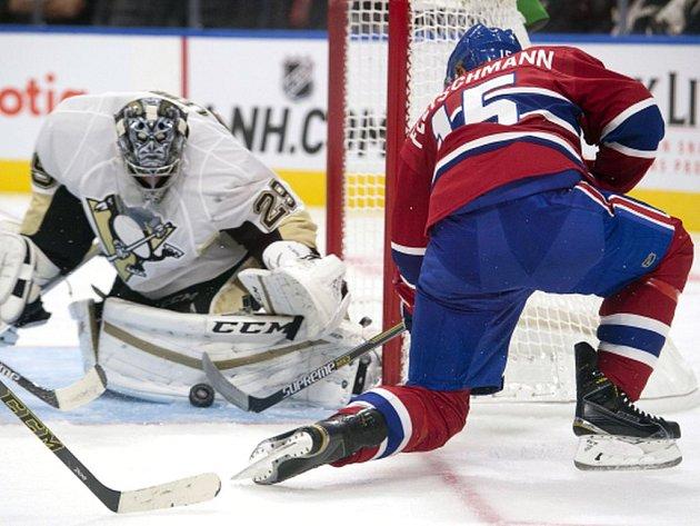 Tomáš Fleischmann z Montrealu se snaží překonat brankáře Pittsburghu Marca-Andrého Fleuryho.