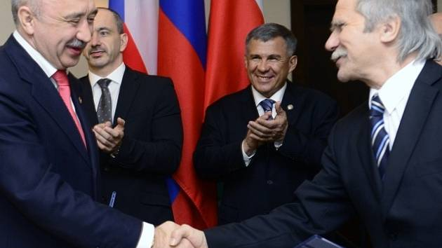 Ministr obchodu a průmyslu Martin Kuba (vzadu vlevo) a prezident Tatarstánu Rustam Nurgalijevič Minnichanov (vzadu vpravo) přihlíželi slavnostnímu aktu podpisů obchodních smluv a dohod o spolupráci při příležitosti zahájení podnikatelské  konference.