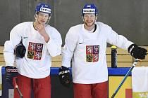 Dominik Kubalík (vlevo) a David Pastrňák na tréninku české hokejové reprezentace.