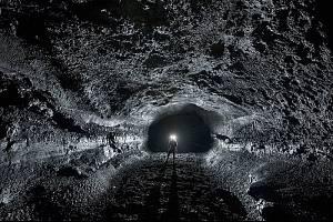 Takhle to vypadá uvnitř lávové trubice Surtshellir-Stefanshellir na Islandu, která patří k největším na Zemi. Na Marsu jsou ještě mnohonásobně větší