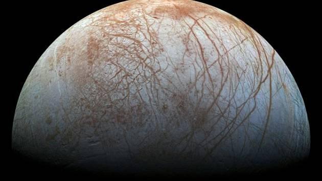 Jedním z potenciálně vhodných míst pro život je Europa, měsíc planety Jupiter. Podle některých planetologů se na něm ukrývá podpovrchový oceán kapalné vody