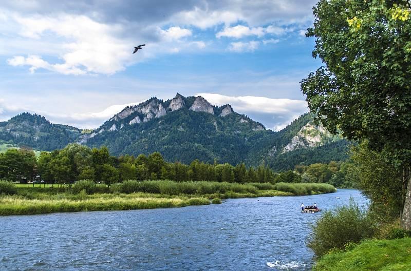 Největší atrakcí ve slovenském národním parku Pieniny je splavení řeky Dunajec na voru. Lidi na nich vozí pltníci.