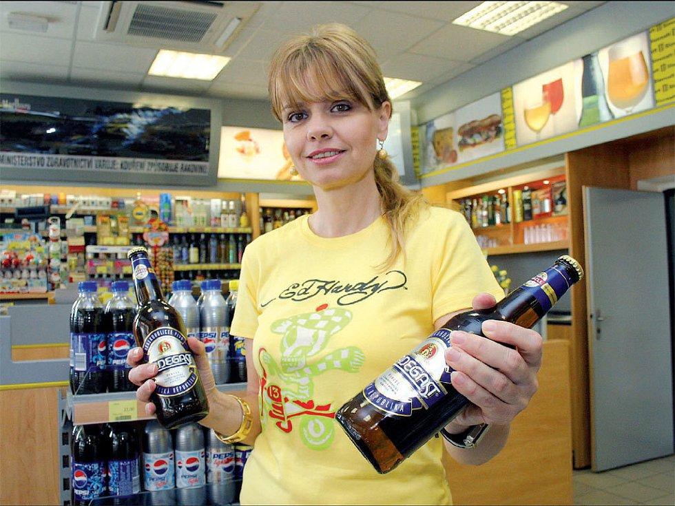 JDE NA ODBYT. Vzrůstající zájem o nealkoholické pivo zaznamenali také prodejci na bezinových čerpacích stanicích.