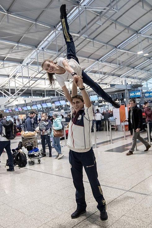 Část českých sportovců odletěla 1. února z Prahy zimní olympiádu v Jižní Koreji. Na snímku Anna Dušková a Martin Bidař.