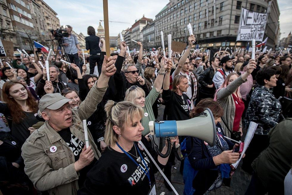 Tisíce lidí protestovaliy 9. dubna na pražském Václavském náměstí proti premiérovi Andreji Babišovi.
