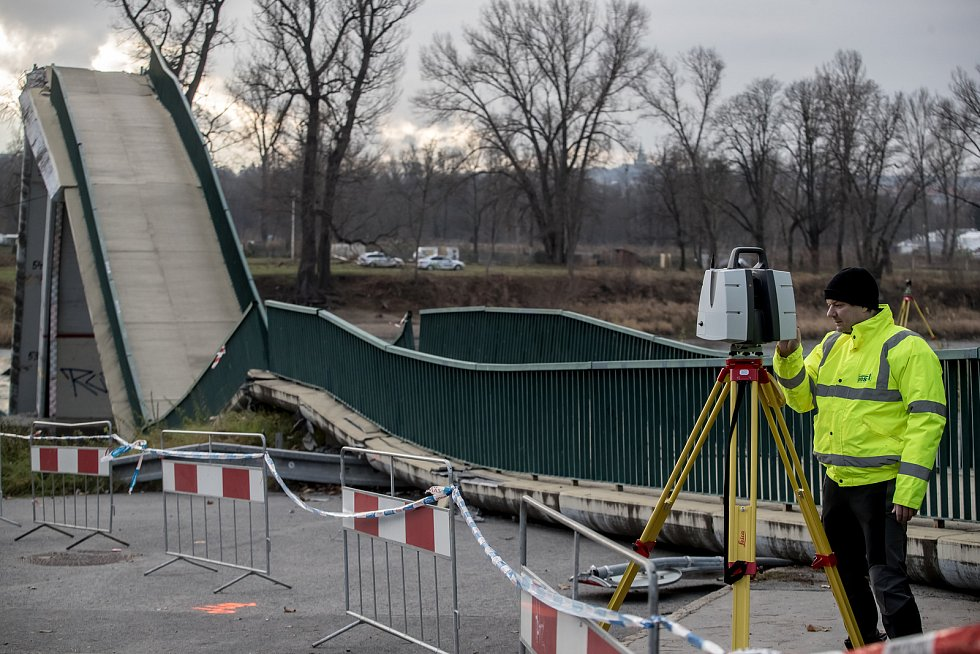 U Trojského zámku v Praze se 2. prosince odpoledne zřítila do Vltavy betonová lávka pro pěší. Podle informací záchranářů se při pádu zranili čtyři lidé. Snímek je ze 3. prosince.