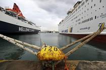 Řecké trajekty v athénském přístavu Pireus. Budou kotvit až do pátku.