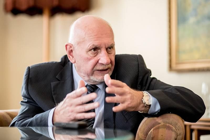 Pavel Rychetský byl v minulosti místopředsedou vlády i senátorem. Už osmnáct let předsedá Ústavnímu soudu České republiky