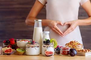 Lehká letní snídaně, jogurt, ovoce a ořechy.
