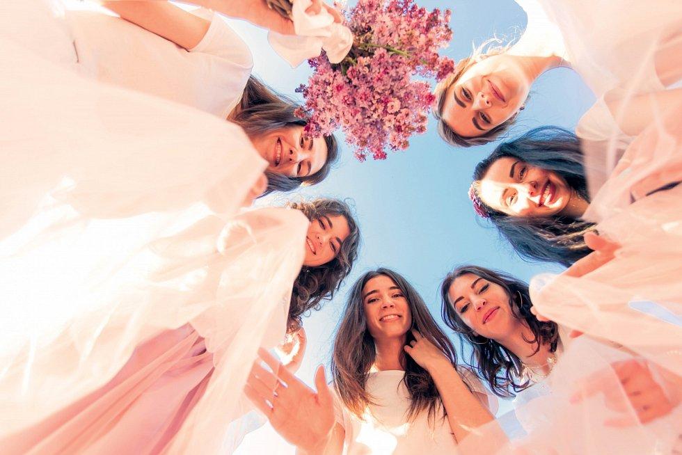 Přibývá nevěst, které nechtějí svatbu jen tak odbýt, ale naopak tento významný životní krok podpoří rituálem za účasti blízkých žen.