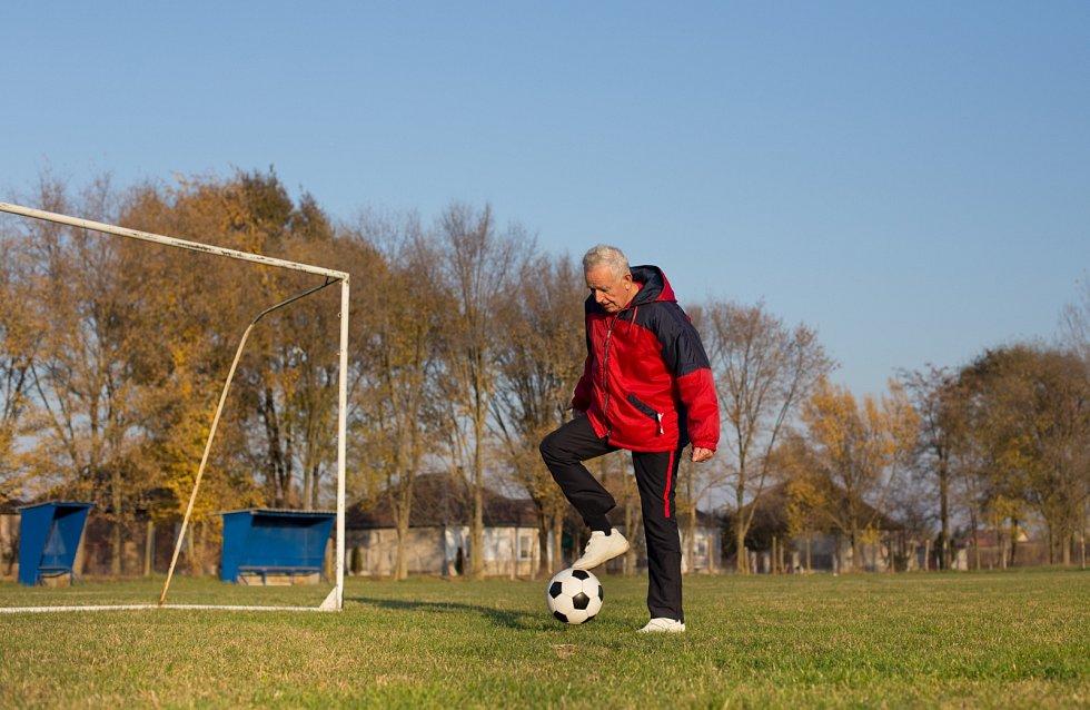 Fotbaloví veterání často prohánějí mladší soupeře.