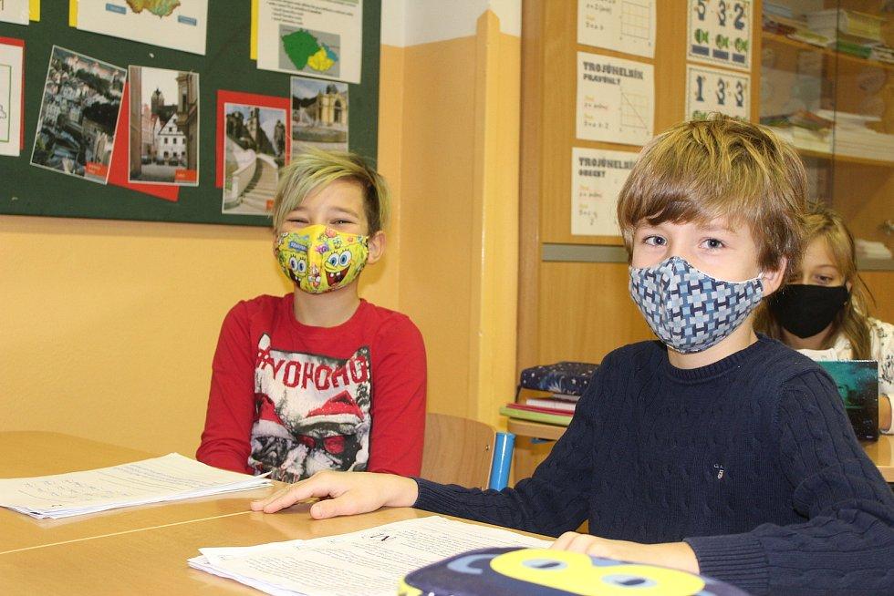 Žáci obvykle v pololetí dostávají výpis z vysvědčení. Listinná podoba s ochrannými prvky se dává až na konci roku.