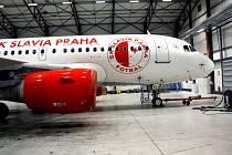 Letoun Airbus A319 OK-MEL s polepem SK Slavia Praha.