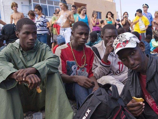 Afričtí imigranti po přistání na španělském ostrově Grand Canaria.