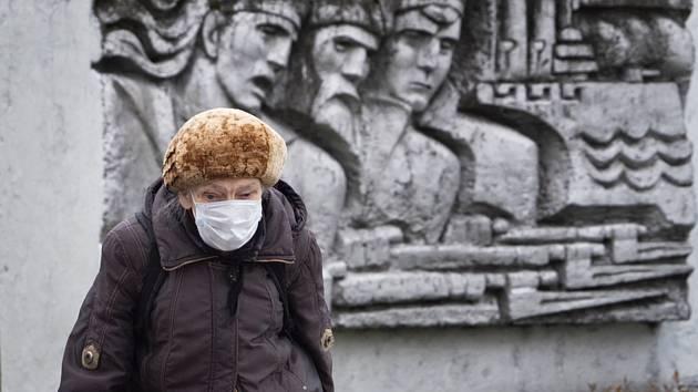 Žena v roušce v Petrohradu, 21. května 2020