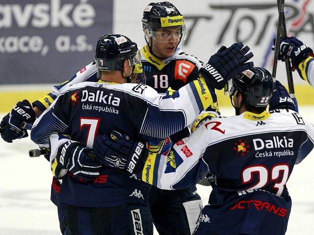 Hokejisté Vítkovic se radují z vítězství nad Slavií.