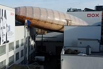 Na střeše pražského centra současného umění DOX byla postavena dřevostavba ve tvaru vzducholodi s názvem Vzducholoď Gulliver.