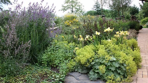 Díky nenáročným a recyklovaným materiálům může i malá zahrada proměnit v příjemné místo