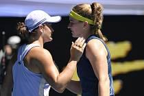 Česká tenistka Karolína Muchová (vpravo) přijímá gratulaci od Ashleigh Bartyové k postupu do semifinále Australian Open.