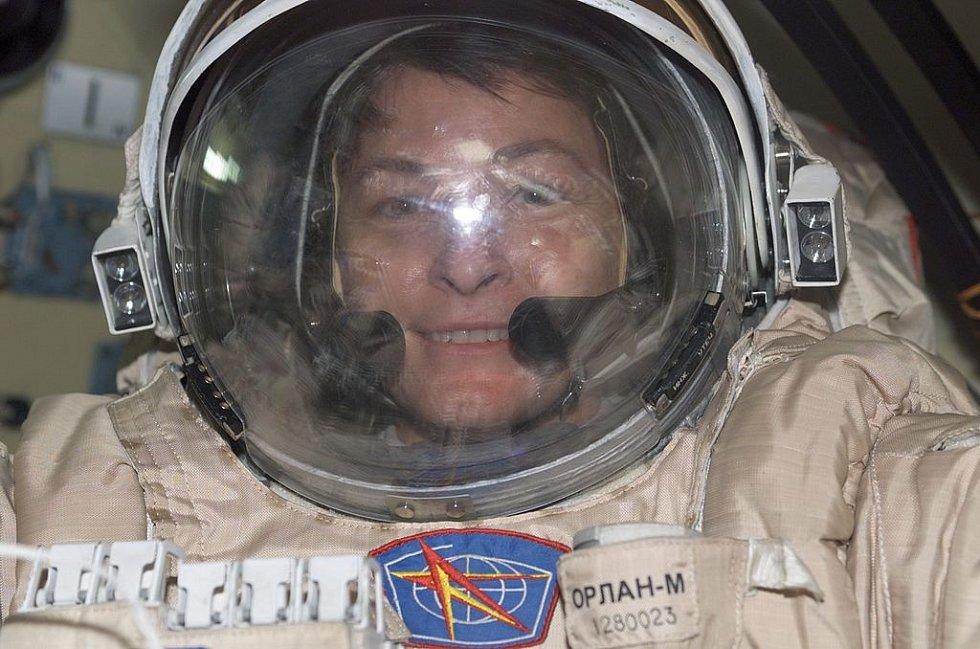 Vesmírná rekordmanka Peggy Whitsonová při přípravě na spacewalk, tedy volný pohyb ve vesmíru.