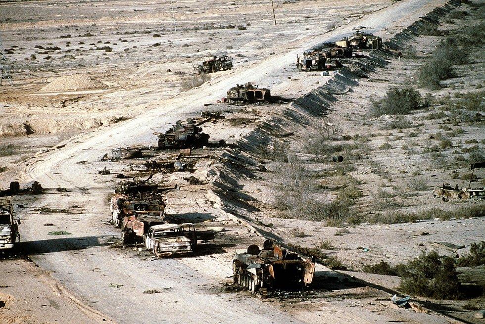 Pohled na irácké stroje T-72, BMP-1, Type 63 a spoustu další technicky, zničené na dálnici smrti v březnu 1991