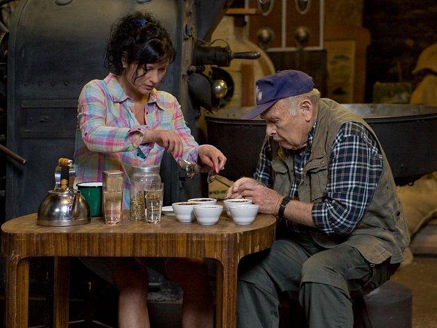 JAK NA VĚC? Simona Chytrová a Luděk Munzar ve snímku Víta Olmera.