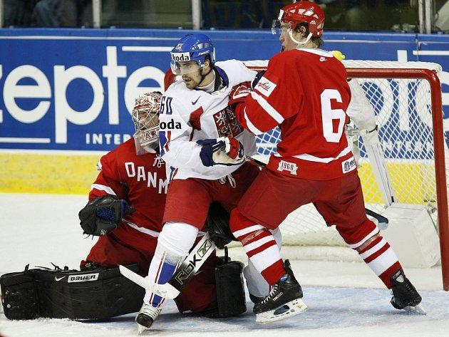 Tomáš Rolinek cloní před dánskou brankou.