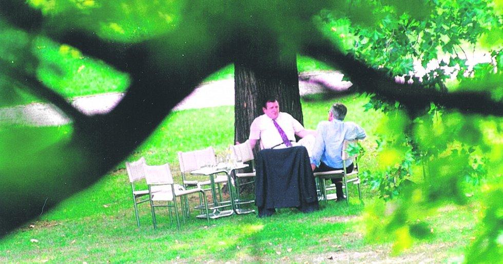 Klaus a Mečiar při schůzce na zahradě vily Tugendhat