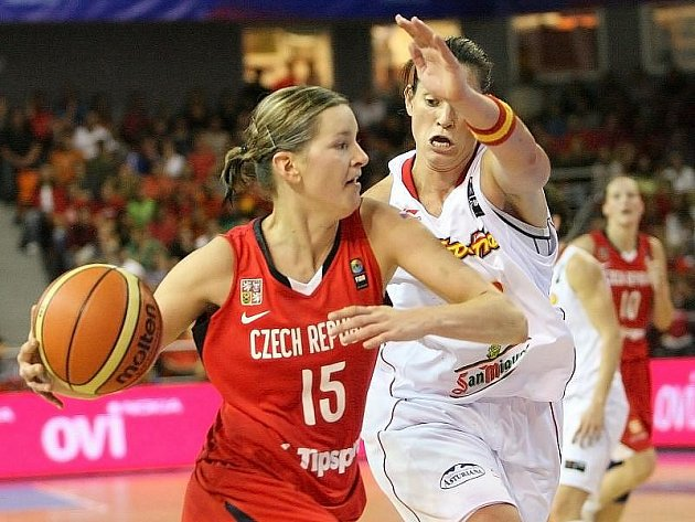 Basketbalistka Eva Vítečková (vlevo) se snaží prosadit.