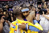 Kobe Bryant (zády) utěšuje domácího Carmela Anthonyho. Lakers vyřadili Denver 4:2 na zápasy.
