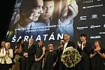 Polská režisérka Agnieszka Hollandová (pátá zprava) s delegací na slavnostní premiéře filmu Šarlatán 17. srpna 2020 v Praze. V popředí s pugétem a mikrofonem v ruce je herec Ivan Trojan.