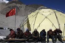 Olympijská pochodeň dorazila na vrchol Mount Everestu ze základního tábora na severovýchodním úpatí hory.