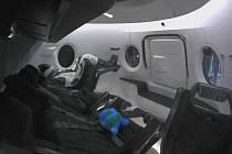 Crew Dragon odstartoval k vesmírné stanici s figurínou a plyšovou Zemí na palubě