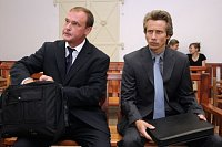 Tomáš Kadlec (vlevo) a Alexandr Houška u soudu.