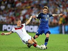 Bastian Schweinsteiger z Německa (vlevo) a Lucas Biglia  z Argentiny.