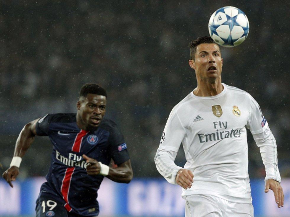 Cristiano Ronaldo z Realu Madrid (vpravo) si zpracovává míč v duelu s Paris St. Germain.