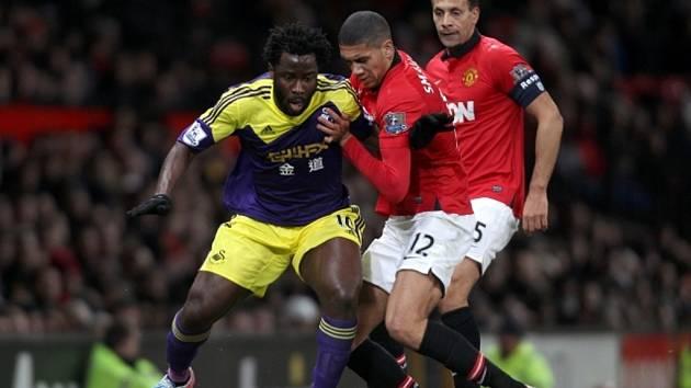 Bony ze Swansea (vlevo) svým gólem vyřadil Manchester United z FA Cupu.