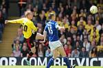 Matěj Vydra z Watfordu (vlevo) střílí parádní gól proti Leicesteru.