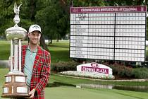 Golfista Chris Kirk s trofejí pro vítěze turnaje ve Fort Worthu.