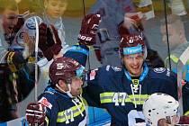 Hokejisté Sparty se radují z gólu proti Chomutovu.