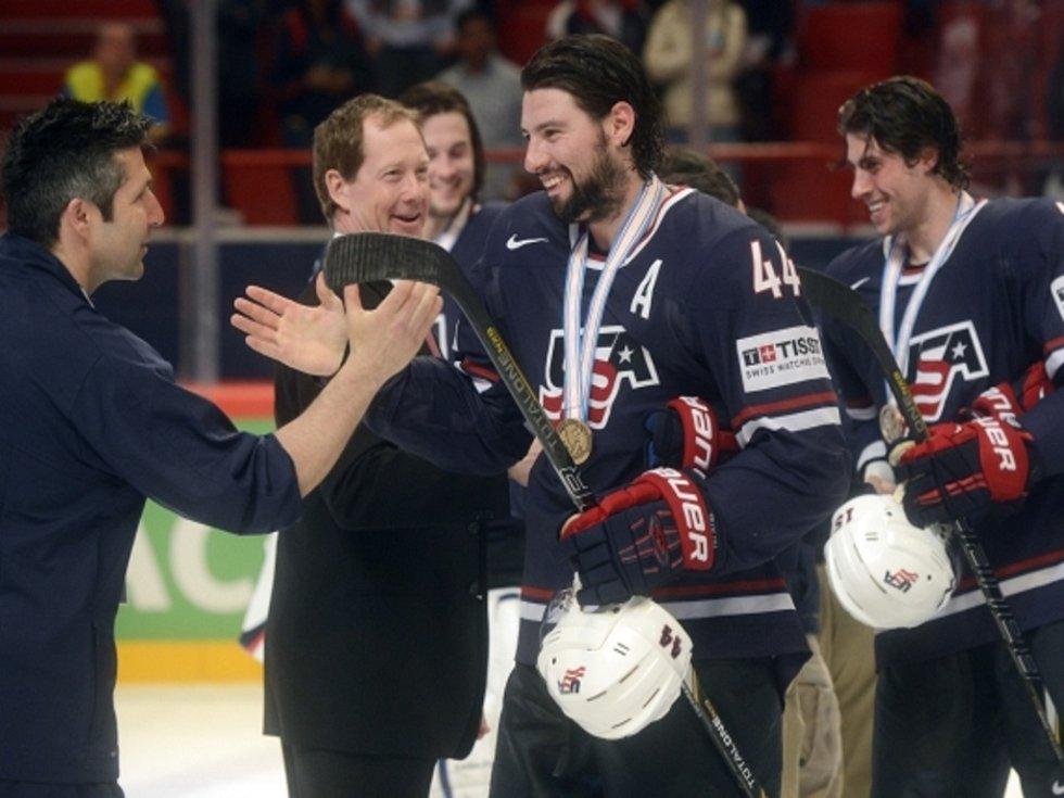 Hokejisté USA Nate Thompson (uprostřed) a Craig Smith (vpravo) se bronzovými medailemi z mistrovství světa.