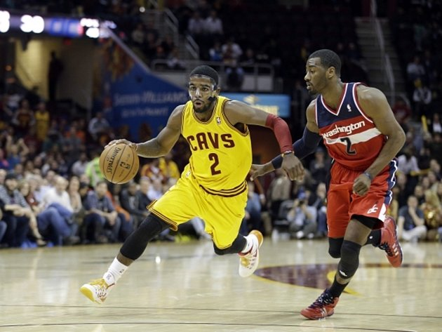 Kyrie Irving z Clevelandu (vlevo) a John Wall z Washingtonu.