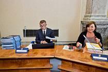 Premiér Andrej Babiš a ministryně financí Alena Schillerová před schůzí vlády, která poprvé po vládních prázdninách zasedala 26. srpna 2019 v Praze