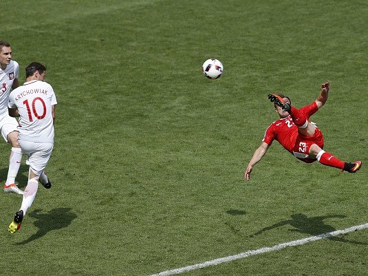 Švýcarské hvězdě Shakirimu vyšly nůžky dokonale v utkání s Polskem.