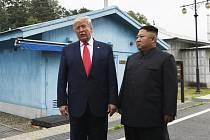 Americký prezident Donald Trump (vlevo) se v hraniční vesnici Pchanmundžom v demilitarizované zóně mezi Jižní a Severní Koreou potřetí setkal se severokorejským vůdcem Kim Čong-unem