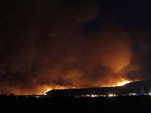 K americké jaderné laboratoři v Los Alamos ve státě Nové Mexiko dorazil požár, který zachvátil místní křovinaté a lesní porosty. Oheň pronikl v pondělí dočasně i do rozsáhlého komplexu, ale citlivá zařízení uvnitř areálu neohrozil.