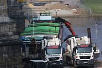 Česká nákladní loď, která začátkem týdne i s nákladem 800 tun soli uvázla u Albertova mostu v Drážďanech, má být odtažena v pondělí v poledne.