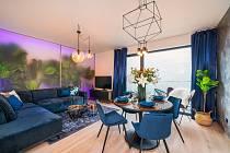 Každého, kdo vstoupí do bytu, okamžitě zaujme poloprůsvitná stěna v obývacím pokoji, za níž vystupují obrysy mohutných palem a dalších tropických rostlin.