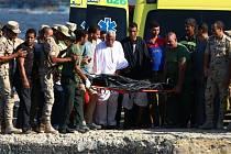 Zachráněno zatím bylo 164 migrantů, někteří z nich museli být odvezeni do nemocnice, v moři totiž strávili i sedm hodin, než je záchranáři vytáhli.