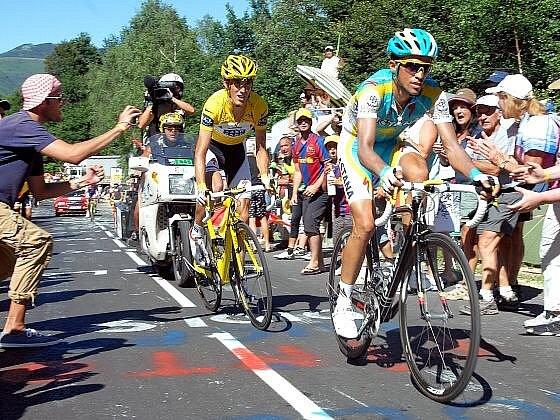 Andy Schleck přišel kvůli defektu o žlutý trikot, který je teď Contadora (včele).